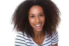 Lyckligt ungt skratta för svart kvinna Arkivfoton