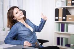 Lyckligt upphetsat ge sig för kvinna tummar gör en gest upp Fotografering för Bildbyråer