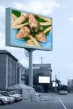 lyckligt utomhus- för affischtavlafamilj arkivbild