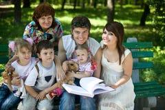 lyckligt utomhus- för barnfamiljgrangmother Arkivbild