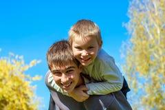 lyckligt utomhus- för bröder arkivbild