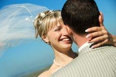 lyckligt utomhus- för brudbrudgum Fotografering för Bildbyråer