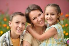 lyckligt utomhus- för familj royaltyfria bilder