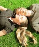 lyckligt utomhus- för par fotografering för bildbyråer