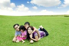 lyckligt utomhus- för asiatisk familj Arkivbilder