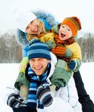 lyckligt utomhus- för familj Arkivfoton