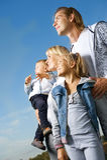 lyckligt utomhus- för familj Arkivbild