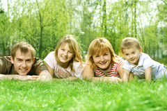 lyckligt utomhus- för familj Arkivfoto
