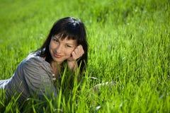 lyckligt utomhus- kvinnabarn Royaltyfria Foton