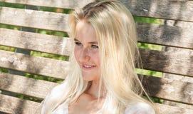 Lyckligt utomhus- le för ung kvinna till kameran - sommartid Arkivfoton