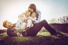 lyckligt utomhus- leka för familj Familj som tillsammans tycker om i natur Royaltyfri Foto