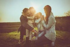 lyckligt utomhus- leka för familj Familj som tillsammans tycker om i natur Arkivbilder