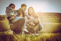 lyckligt utomhus- leka för familj Familj som tillsammans tycker om i natur Royaltyfria Bilder