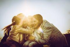 lyckligt utomhus- leka för familj Familj som tillsammans tycker om i natur Arkivfoton