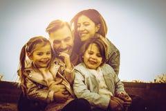 lyckligt utomhus- leka för familj Familj som tillsammans tycker om i natur Fotografering för Bildbyråer