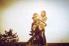lyckligt utomhus- leka för familj Familj som tillsammans tycker om i natur Royaltyfria Foton