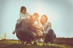 lyckligt utomhus- leka för familj Familj som tillsammans tycker om i natur Royaltyfri Bild