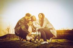 lyckligt utomhus- leka för familj Familj som tillsammans tycker om i natur Arkivfoto