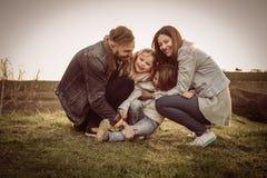 lyckligt utomhus- leka för familj Familj som tillsammans tycker om i natur Arkivbild