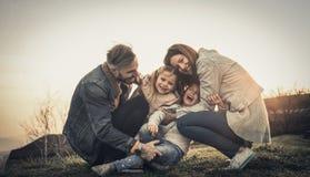 lyckligt utomhus- leka för familj Familj som tillsammans tycker om i natur Royaltyfri Fotografi
