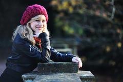 lyckligt utomhus- ståendekvinnabarn Fotografering för Bildbyråer