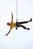 Lyckligt vagga klättraren som hänger på rep Fotografering för Bildbyråer