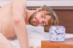 Lyckligt vakna f?r lat man upp i de stigande h?nderna f?r s?ng i morgonen med avkopplad ny k?nsla Fot av mannen som in sover arkivfoto