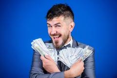 Lyckligt vara rikt Rik affärsman med oss dollarsedlar Valutamäklare med packen av pengar Skäggigt maninnehav royaltyfri foto