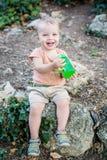 Lyckligt vatten för litet barnpojkedrinkar Royaltyfria Foton