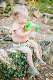 Lyckligt vatten för litet barnpojkedrinkar Royaltyfri Bild