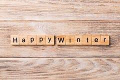 Lyckligt vinterord som är skriftligt på träsnittet Lycklig vintertext på trätabellen för din desing, begrepp arkivbild