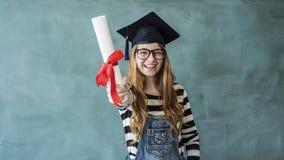 Lyckligt visningdiplom för kvinnlig student royaltyfria foton