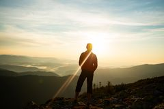 Lycksökare som beundrar panoraman av bergen Arkivfoto