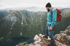 Lycksökareloppman som fotvandrar i berg bara royaltyfri fotografi