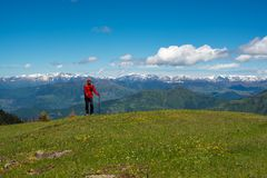 Lycksökaren är avslappnande på en grön bergäng Arkivfoto