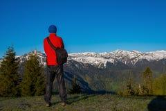 Lycksökaren fotograf står på berglutningen Fotografering för Bildbyråer