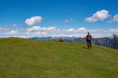 Lycksökaren promenerar den gröna bergängen Royaltyfri Bild