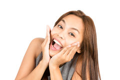 Lycksalig asiatisk kvinnastående som reagerar goda nyheter Arkivfoto