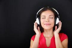 Lycksalig härlig kvinna som lyssnar till musik Arkivbilder