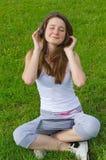 Lycksalig kvinna som lyssnar till musik Arkivfoton