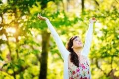 Lycksalig kvinna som tycker om frihet på våren Royaltyfria Foton