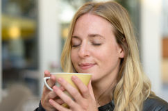 Lycksalig ung kvinna som tycker om kaffe Royaltyfri Bild