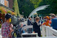Lydia Hislop UK που συναγωνίζεται τον παρουσιαστή TV που παίρνει συνέντευξη από jockey στοκ φωτογραφίες