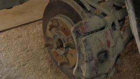 Lyft bilen på stålar för att demontera hjulet arkivfilmer