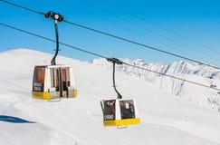 lyft skidar Skidar semesterorten Livigno Royaltyfri Foto