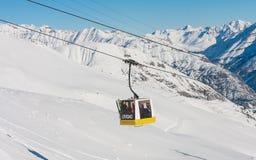 lyft skidar Skidar semesterorten Livigno Royaltyfri Bild