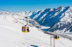 lyft skidar Skidar semesterorten Livigno Royaltyfri Fotografi