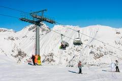 lyft skidar Skidar semesterorten Livigno Royaltyfria Bilder
