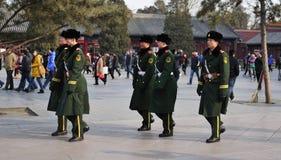 Lyfta av nationsflaggan av soldater Fotografering för Bildbyråer