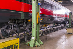 Lyfta en järnväg vagn för underhåll Fotografering för Bildbyråer